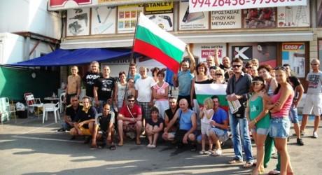 30.06.2013 – Τα 15 θύματα εργατικής εκμετάλλευσης από τη Βουλγαρία μεταφέρθηκαν μπροστά από τα κεντρικά γραφεία του Κυπριακού Ερυθρού Σταυρού