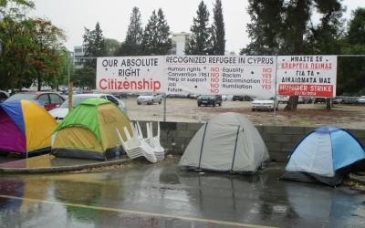 Το Υπουργείο Εσωτερικών προσπαθεί να δικαιολογήσει τη μη συμμόρφωσή του με το προσφυγικό δίκαιο